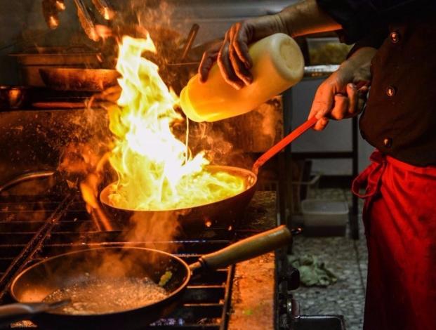 chef-cooking-fire-pan-1024x683-1-e1580073853610.jpg