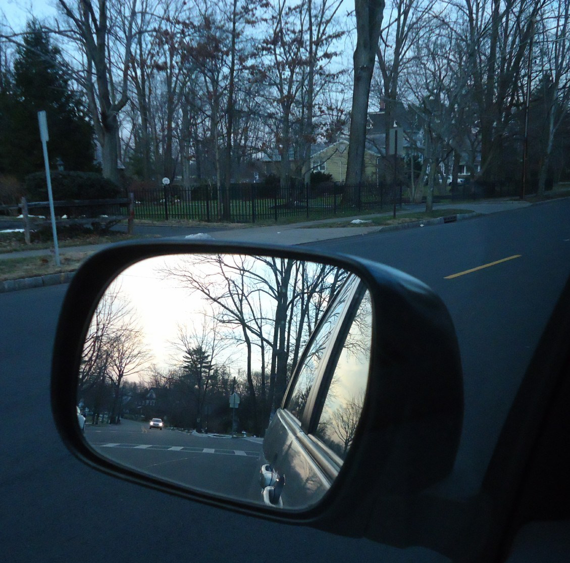 Scene_in_the_rear_view_mirror_of_a_car